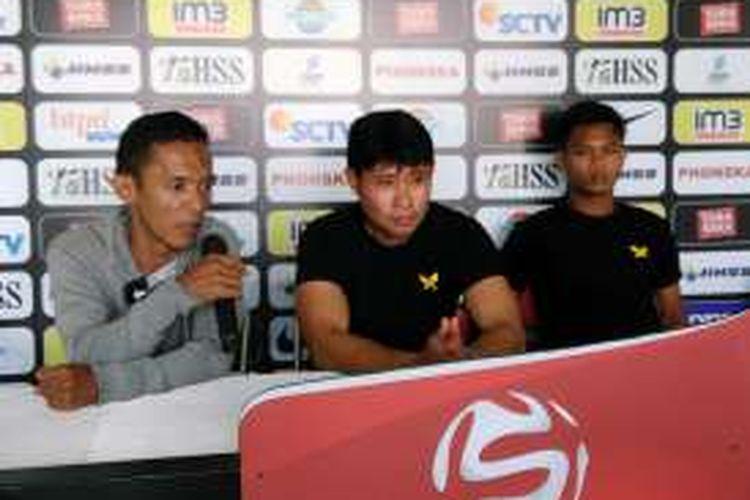 Pelatih Persegres Gresik United Eduard Tjong (tengah), dalam sesi jumpa pers sebelum pertandingan, Jumat (11/11/2016).