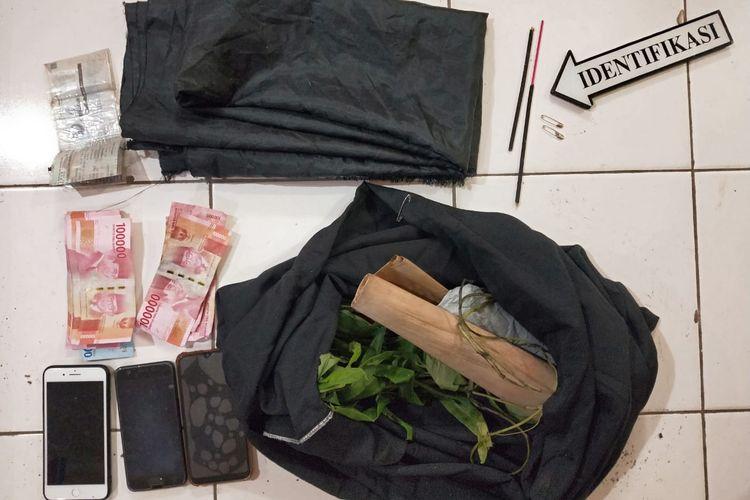 Barang bukti terkait penipuan yang dilakukan warga Bojonegoro, Rabu (7/4/2021)