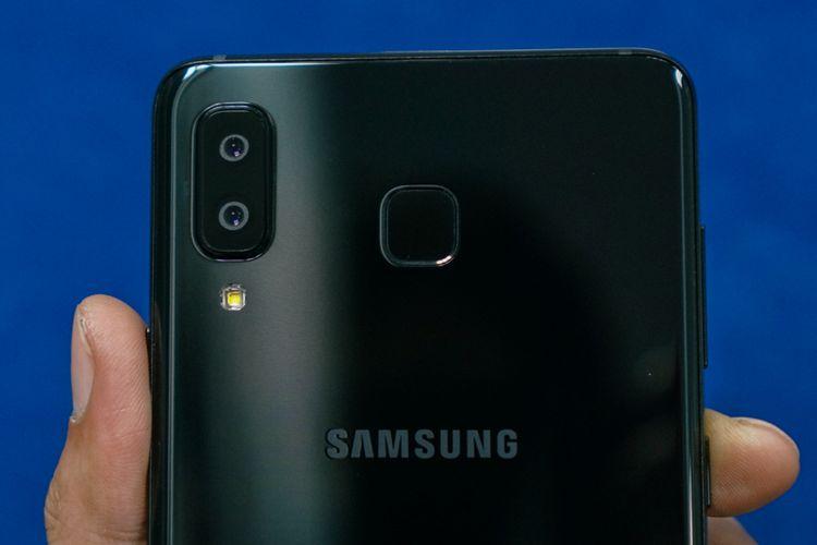 Unit kamera ganda berikut LED flash dan pemindai sidik jari berbentuk persegi di punggung Galaxy A8 Star.