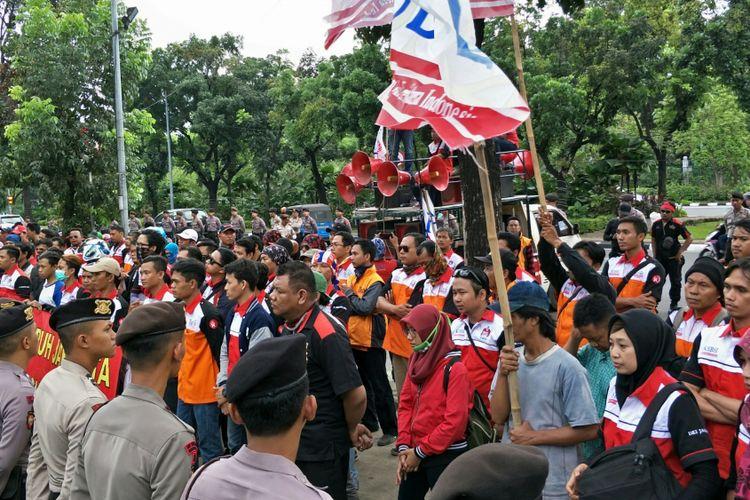 Massa buruh yang tergabung dalam Konfederasi Serikat Buruh Sejahtera Indonesia (KSBSI) DKI Jakarta berdemo di Balai Kota DKI Jakarta, Kamis (9/11/2017).