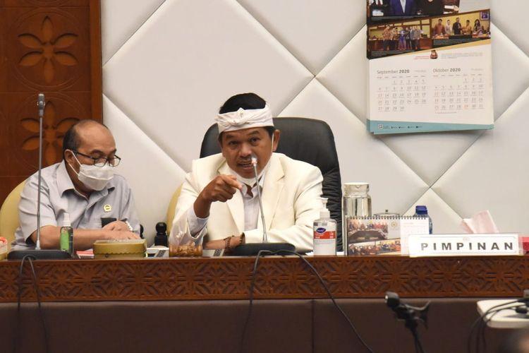 Wakil Ketua Komisi IV Dedi Mulyadi saat memimpin rapat dengar pendapat dengan Gubernur Bangka Belitung terkait kerusakan lingkungan, di ruang rapat Komisi IV Gedung DPR, Jakarta, Kamis (3/12/2020).