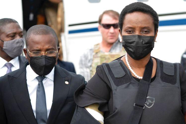 Dalam foto selebaran yang dirilis oleh Menteri Luar Negeri Haiti untuk Komunikasi, ibu negara Haiti Martine Moise, mengenakan rompi anti peluru dan lengan kanannya di gendongan, tiba di Bandara Internasional Toussaint Louverture, di Port-au-Prince, Haiti, Sabtu , 17 Juli 2021.