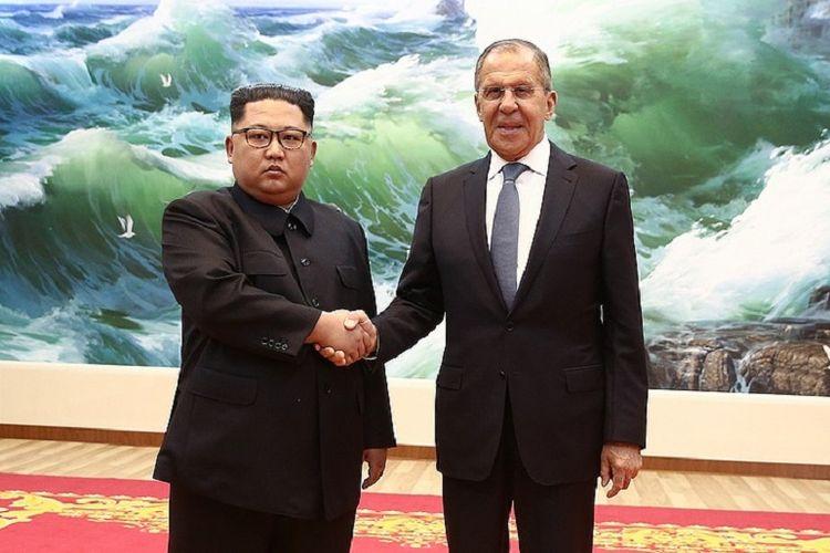 Pemimpin Korea Utara Kim Jong Un (kiri) ketika berjabat tangan dengan Menteri Luar Negeri Rusia Sergey Lavrov di Pyongyang Kamis (31/5/2018).