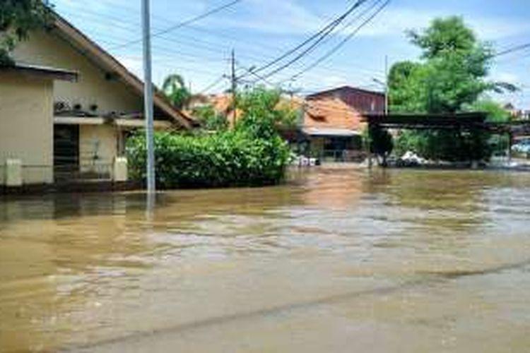 Banjir merendam Kelurahan Pela Mampang, Mampang Prapatan, Jakarta Selatan. Ketinggian air mencapai paha orang dewasa pada pukul 03.30 dini hari tadi, Kamis (21/4/2016).