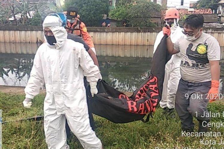 Suasana Evakuasi Korban dari Kali Mookervart, oleh tim SAR Gabungan, Jumat (9/10/2020). Korban dikabarkan tenggelam di Kali Mookervart, pada Kamis (8/10/2020) malam. Jumat pagi, korban ditemukan oleh tim SAR dalam keadaan meninggal dunia.
