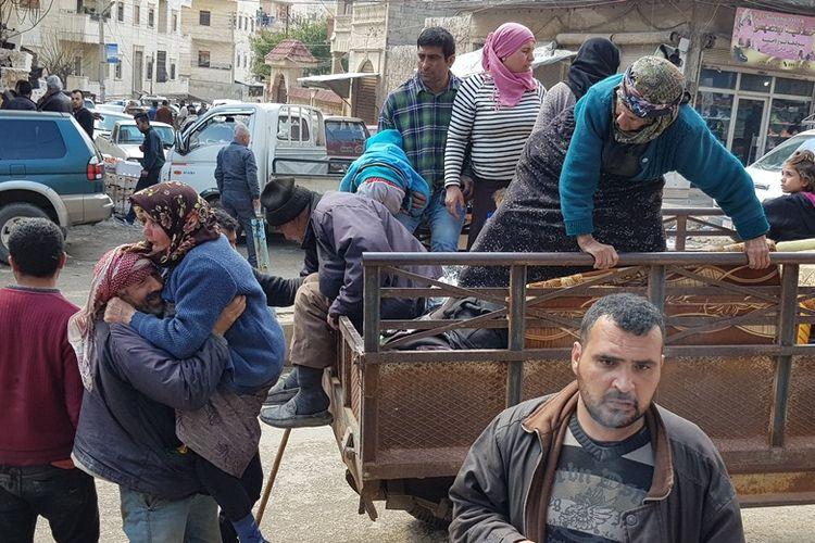 Warga sipil mulai bergerak meninggalkan pusat kota di wilayah Afrin sebelum terjadi pengepungan total oleh pasukan Turki, Kamis (15/3/2018).
