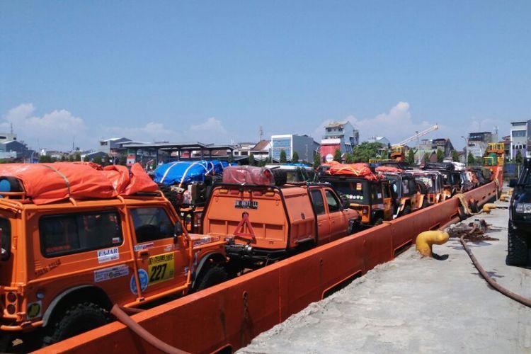 Puluhan kendaraan jip milik peserta IOX 2017 Celebes diangkut menggunakan kapal dari Tanjung Priok, Jakarta.