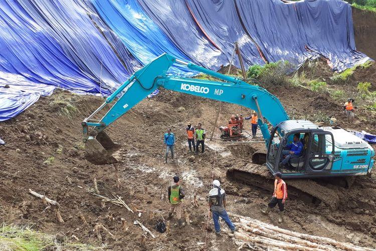 Pekerjaan penangan longsor di Tol Cipularang.