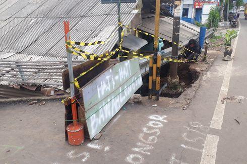 Pemprov DKI Perbaiki Sementara Jalan Amblas di Penggilingan