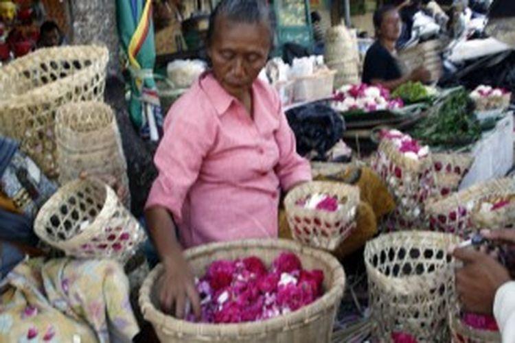 Pedagang bunga mawar tabut di depan komplek pertokoan Eks-PJKA Kota Magelang. Menjelang puasa, harga bunga tersebut melambung tinggi.