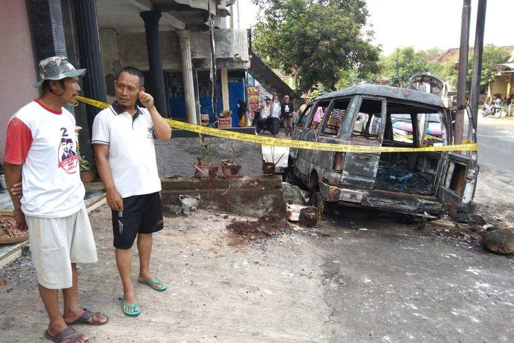 Sebuah mobil keluarga daihatsu zebra tiba tiba terbalar di Jl Raya Panekan Kabupaten Magetan. Menurut kesaksian warga api cepat membesar dan melalap mobil yang diduga membawa muatan BBM tersebut.