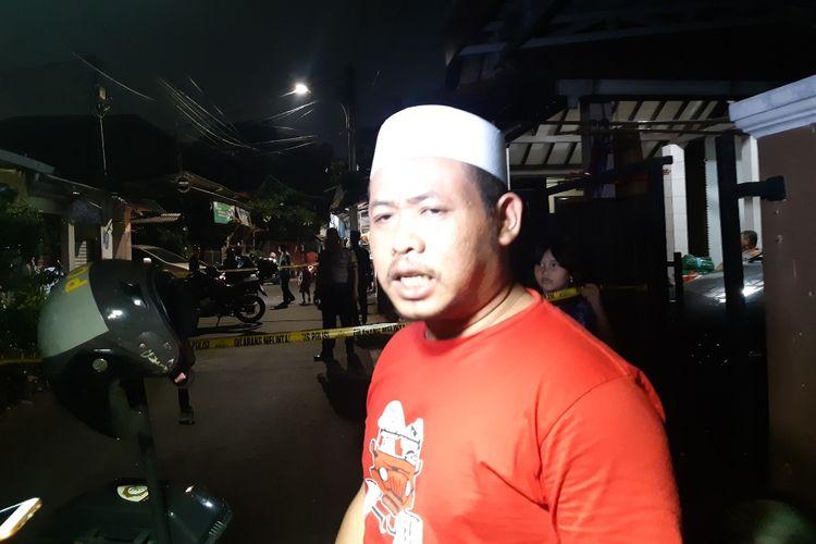 Ketua RW 08 Srengseng, Kembangan, Jakarta Barat, Muhamad Zaini, yang menolong para siswi SMPN 2017 Jakarta Barat yang menjadi korban penyiraman air keras di depan rumahnya di Jalan Mawar, Jumat (15/11/2019).