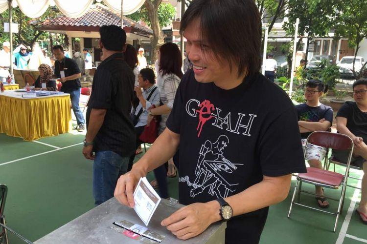 Once Mekel mencoblos di TPS 24, Pinang Swasa, Pondok Indah, Jakarta Selatan, dalam Pilkada DKI Jakarta putaran kedua, Rabu (19/4/2017).
