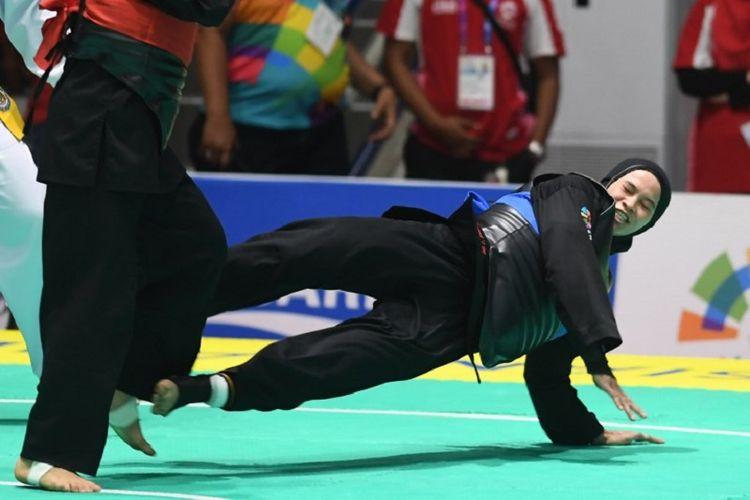 Aksi atlet pencak silat Indonesia, Sarah Tria Monita, pada semifinal nomor 55-60 kg, 26 Agustus 2018.