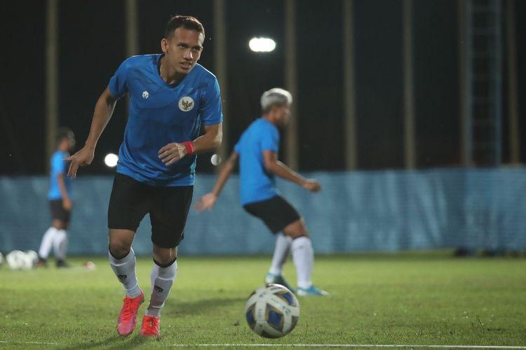 Penyerang timnas Indonesia Egy Maulana Vikri beraksi pada sesi latihan jelang laga playoff Kualifikasi Piala Asia 2023 di Buriram, Thailand, pada 7 dan 11 Oktober 2021.
