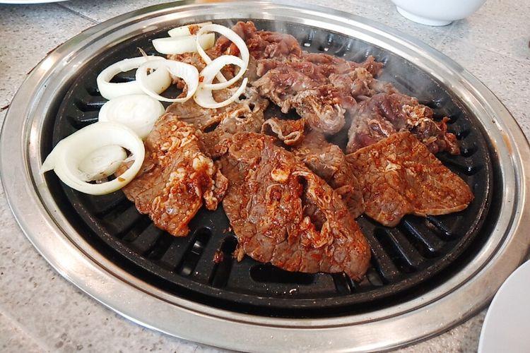 Memanggang daging dan paru-paru bumbu spicy dan black pepper di Hodai AYCE, Kota Malang.