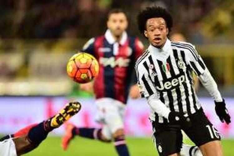 Gelandang Juventus, Juan Cuadrado, beraksi pada laga kontra Bologna, dalam laga lanjutan Serie A di Stadion Renato Dall'Ara, Jumat (19/2/2016) atau Sabtu dini hari WIB.