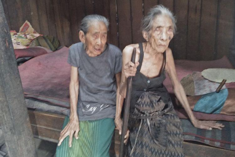 Simah (kiri) dan Siti, dua nenek buta kakak-beradik, warga Dusun Karangploso, Desa Klampok, Kecamatan Benjeng, Gresik.