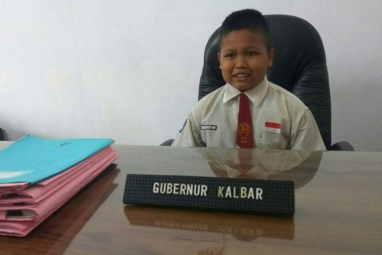 Nursaka (8) saat dipersilahkan duduk di kursi kerja gubernur saat diundang di Pendopo rumah dinas Gubernur Kalbar (17/9/2018).