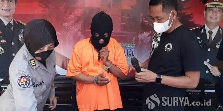 Kasat Reskrim Polres Bojonegoro, AKP Iwan Hari Poerwanto (kanan) bersama tersangka NF, saat ungkap kasus kerumunan di acara pernikahan saat pandemi Covid-19, Sabtu (2/1/2021).