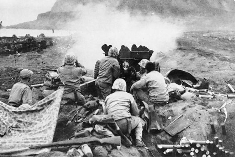 Pasukan AS mengarahkan meriam 37 milimeter ke arah pertahanan tentara Jepang yang mempertahankan Pulau Iwo Jima.