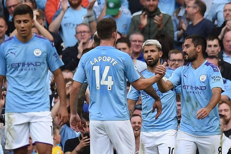 Sergio Aguero merayakan gol bersama rekan-rekannya pada pertandingan Manchester City vs Tottenham Hotspur di Stadion Etihad dalam lanjutan Liga Inggris, 17 Agustus 2019.