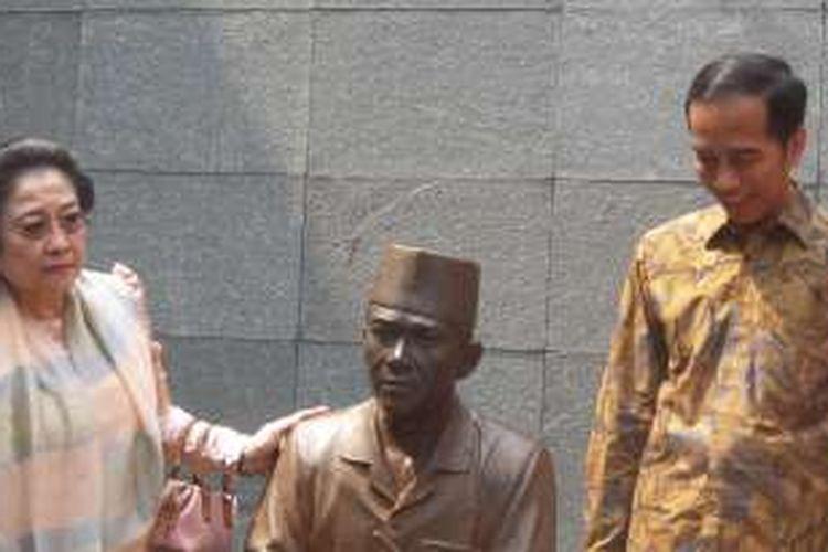 Presiden Joko Widodo dan Megawati Soekarnoputri saat napak tilas di penjara Bung Karno di Banceuy, Bandung, Rabu (1/6/2016).