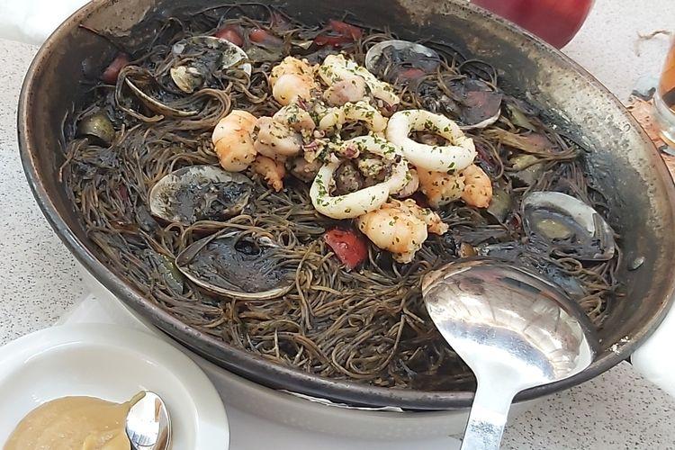 Black Rossejat adalah hidangan mie hitam yang dimasak dengan tinta dari cumi-cumi yang dilengkapi dengan berbagai topping, salah satunya seafood.
