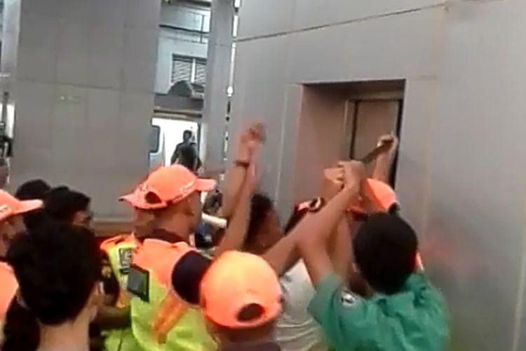 Sejumlah petugas dan warga melakukan evakuasi 7 penumpang yang terjebak di dalam lift, Stasiun Parung Panjang, Kabupaten Bogor Jawa Barat, Kamis (21/11/2019)