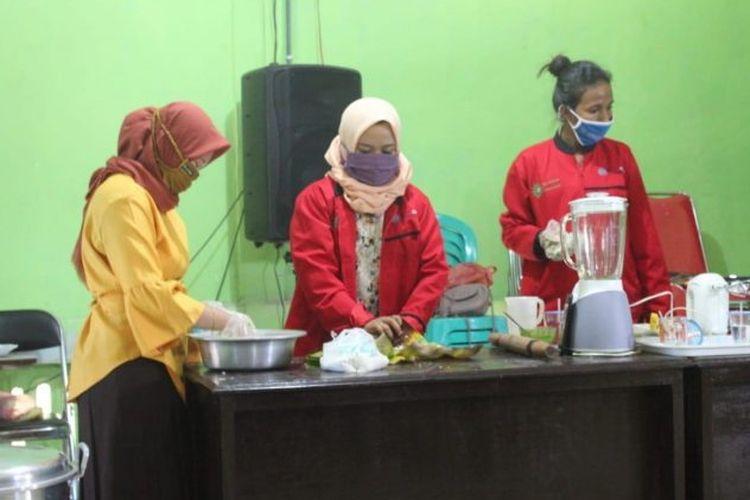 Foto : Saat Para Mahasiswa memberikan pelatihan pengolahan daun kelor jadi mie di Desa Geliting, Kecamatan Kewapante, Kabupaten Sikka, Kamis (16/7/2020).