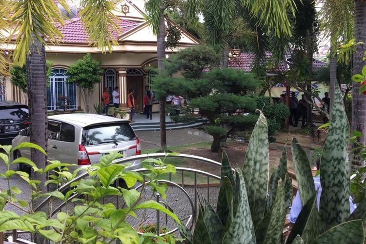 Personil KPK Membawa keluar satu koper dan satu ransel dari kediaman pribadi Nurdin Basirun