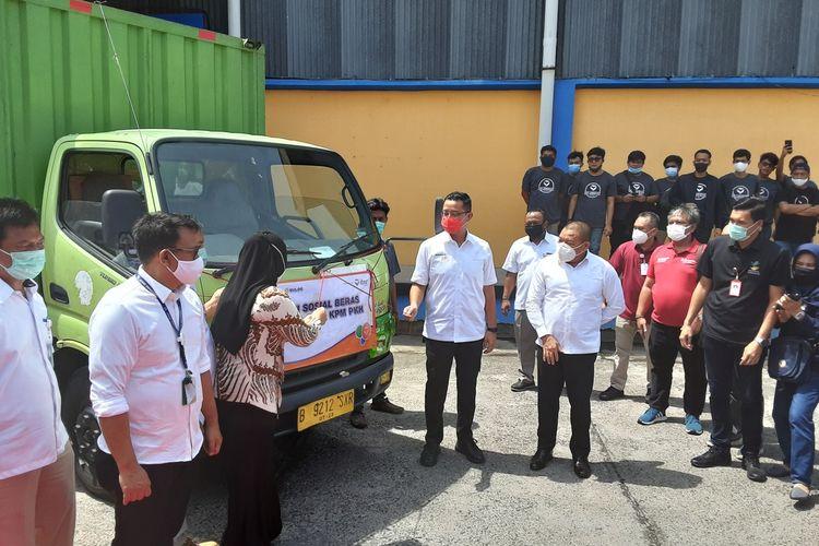 Mensos, Juliari P Batubara, saat mau menutup Bansos Beras. KOMPAS.COM / SLAMET PRIYATIN
