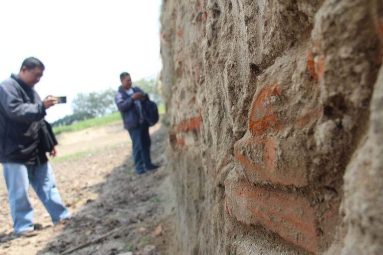 Batu bata kuno ditemukan di bekas areal persawahan di Dusun Kedaton, Desa Bulorejo, Kecamatan Diwek, Kabupaten Jombang, Jawa Timur. Benda yang diduga peninggalan era Majapahit itu ditemukan warga penggali pasir, pada Maret 2019 lalu.