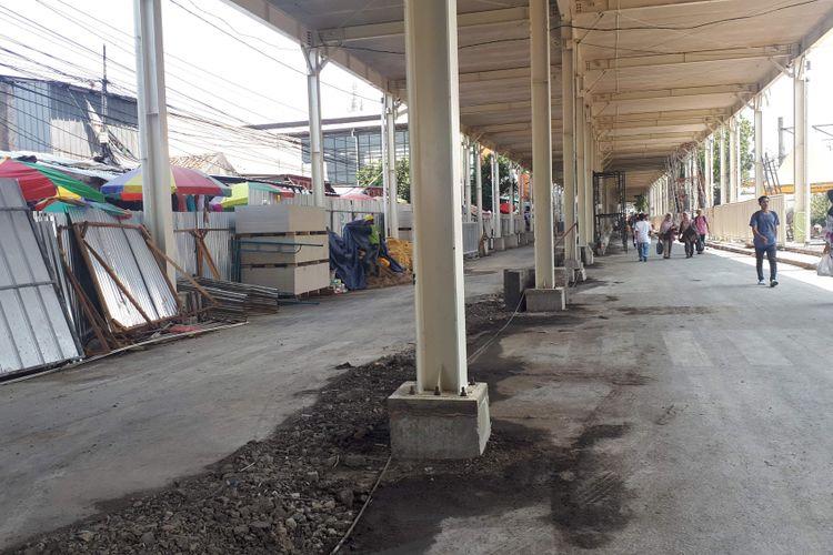 Jalan Jatibaru Raya, Tanah Abang, Jakarta Pusat yang berlokasi di bawah jembatan multiguna atau skybridge akan dibuka kembali pada Senin (15/10/2018).Pengamatan Kompas.com di lokasi sekitar pukul 12.30 WIB, material bangunan diantaranya seng, baja, dan beton-beton masih berserakan di bahu jalan.