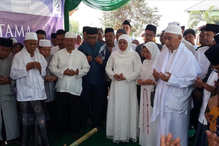 Gubernur Jawa Timur Khofifah Indar Parawansa (tengah) saat berdoa sebelum peletakan batu pertama pembangunan masjid di Pondok Pesantren Bahrul Maqfiroh, Kota Malang, Minggu (14/7/2019)