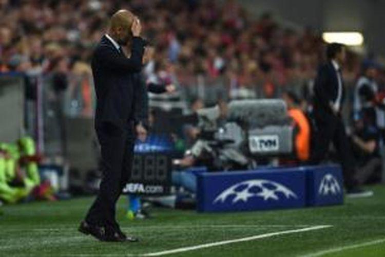 Ekspresi pelatih Bayern Muenchen, Josep Guardiola, saat mendampingi timnya menghadapi Barcelona pada semifinal Liga Champions di Stadion Allianz Arena, Muenchen, Selasa (12/5/2015).