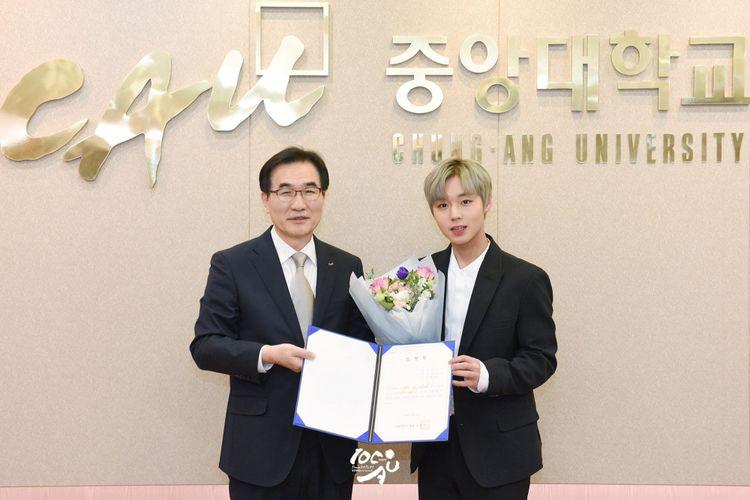 Park Ji Hoon (kanan) ditunjuk menjadi salah satu duta kehormatan Chung-Ang University, Seoul, Korea Selatan, pada 10 April 2018 waktu setempat.