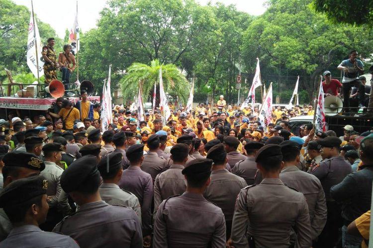 Aksi kader dan simpatisan Partai Hanura di depan kantor KPU, Menteng, Jakarta Pusat, Senin (21/1/2019).