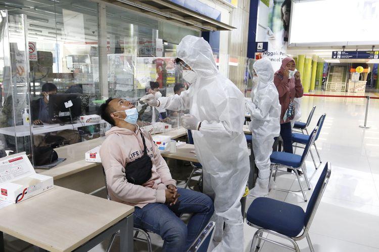 Tes antigen di stasiun PT KAI Daop 1 Jakarta.