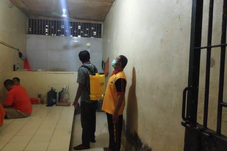 Penyemprotan disinfektan di ruang tahanan Polres Metro Jakarta Barat, Jumat (3/4/2020)