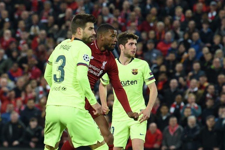 Gerard Pique dan Sergi Roberto menyaksikan bola tembakan Georginio Wijnaldum pada pertandingan Liverpool vs Barcelona dalam semifinal Liga Champions di Stadion Anfield, 7 Mei 2019.
