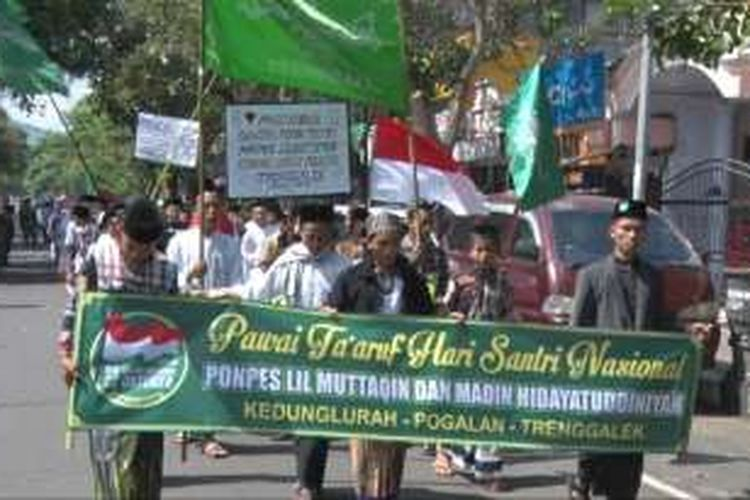 Ribuan santri mengikuti pawai melintasi jalur protokol Di Kabupaten Trenggalek,dalam rangka memperingati hari santri nasional (22/10/2016)