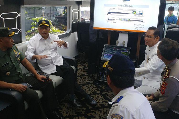 Menteri Perhubungan Budi Karya Sumadi didampingi Direktur Utama PT KAI Edi Sukmoro meresmikan beroperasinya Kereta Istimewa di Bandung, Sabtu (28/9/2019). Peresmian ini bertepatan dengan HUT Ke-74 PT KAI.