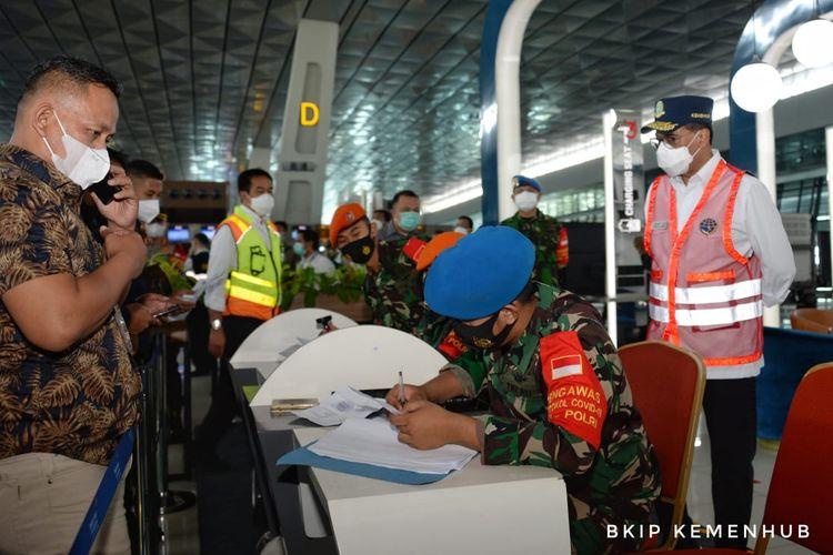 Menteri Perhubungan Budi Karya Sumadi saat meninjau penerapan kebijakan larangan mudik di Bandara Soekarno-Hatta, Selasa (11/5/2021).