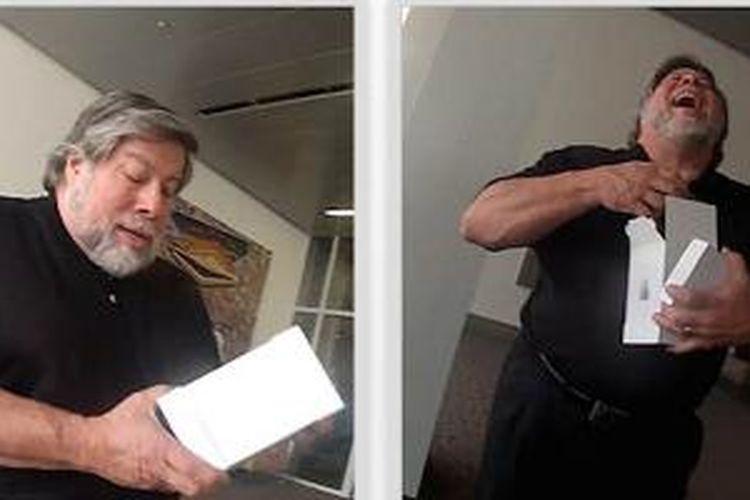 Pendiri Apple, Steve Wozniak tertawa setelah membuka kiriman