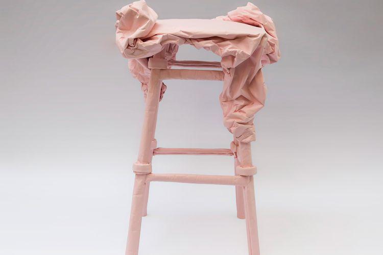 Furnitur terbuat dari kertas dan lem basah.