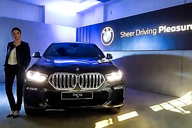 Mobil BMW, X6 saat peluncuran secara virtual di Jakarta, Jumat (15/5/2020). Seremoni ini pun menjadi ajang kelima bagi BMW yang meluncurkan produk secara virtual selama pemberlakuan Pembatasan Sosial Berskala Besar (PSBB) akibat Covid-19.