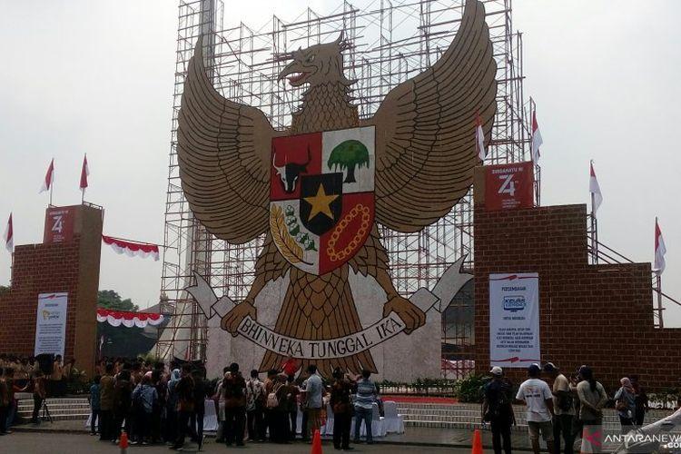 Gapura replika burung Garuda Pancasila di Taman Mini Indonesia Indah, Jakarta, Sabtu (17/8/2019).
