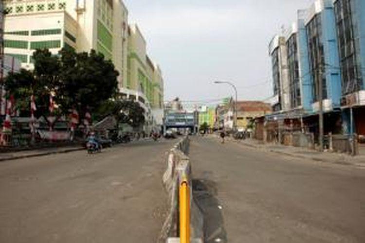 Kondisi Jalan Kebon Jati, Pasar Tanah Abang, Jakarta, terlihat rapi pada Senin (12/8/2013). Pemerintah Provinsi DKI Jakarta telah melakukan penertiban terhadap lapak-lapak pedagang kaki lima (PKL) penyebab kemacetan di kawasan tersebut dan merelokasi pedagang ke Blok G Pasar Tanah Abang.
