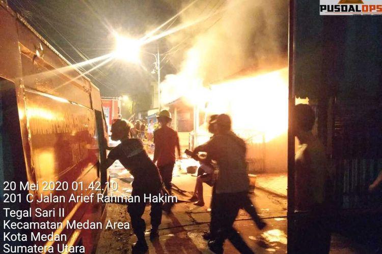 Kebakaran terjadi di kawasan padat permukiman warga yang berada di Jalan AR. Hakim, Gang Seto, Linkungan 5, Kelurahan Tegal Sari II, Kecamatan Medan Area, Rabu (20/5/2020) dini hari. Diperkirakan lima rumah permanen, satu rumah kosong dan dua tempat usaha dengan persentase yang terbakar lebih kurang 85 persen.